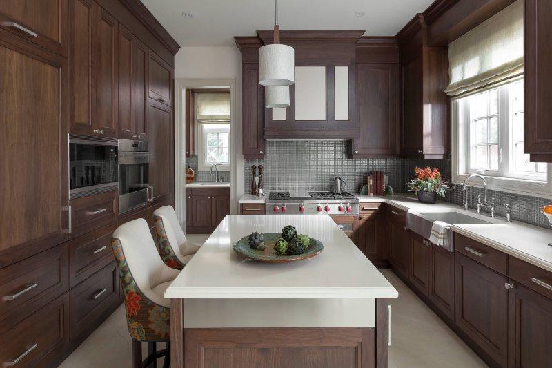 Интерьер кухни частного дома в стиле классика