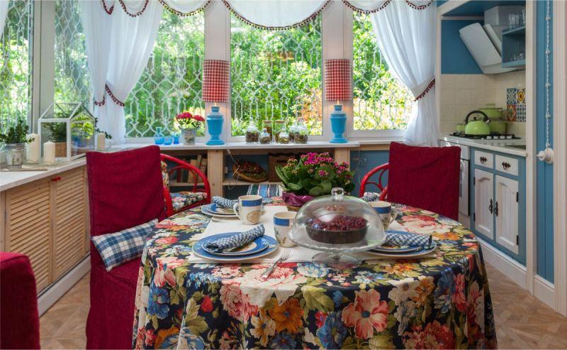 Яркая скатерть на столе кухни в сельском доме