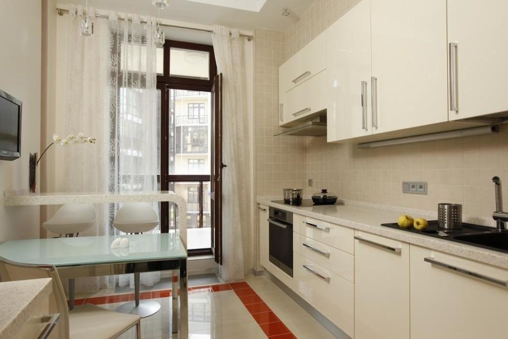 Линейный гарнитур на кухне в стиле хай-тек с балконом