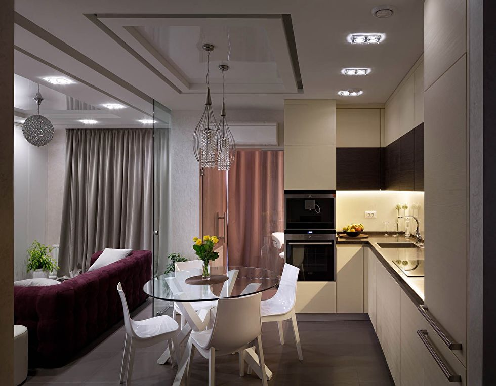Комбинированный потолок в кухне с диваном