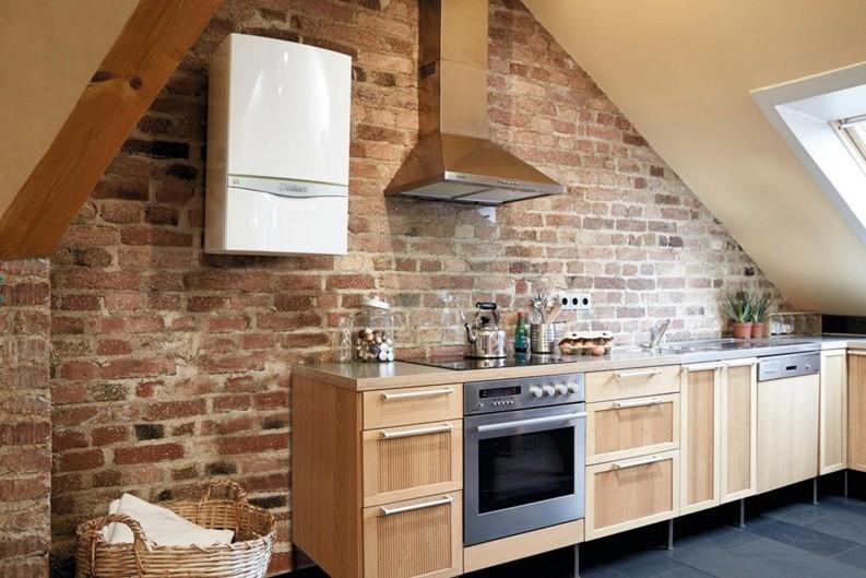 Белый котел на кирпичной стене кухни в стиле лофт