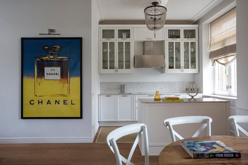Линейный гарнитур с островом в кухне-гостиной
