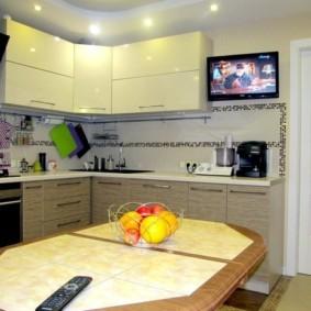Дизайн кухни с телевизором на стене
