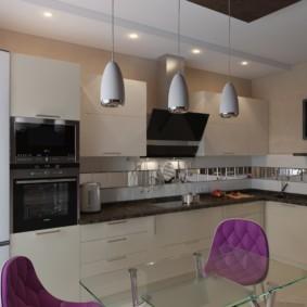 Фиолетовые спинки кухонных стульев