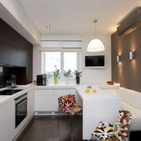 Белый диван вдоль кухонной стены