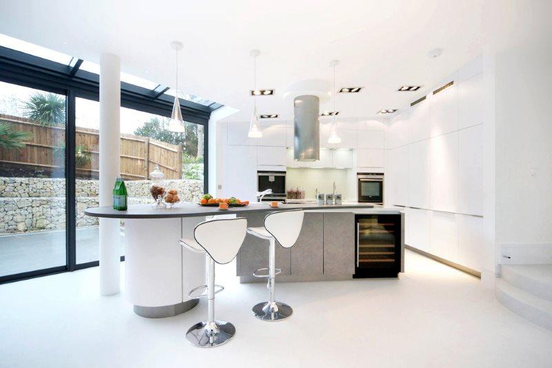 Белая кухня-столовая в стиле с панорамным окном