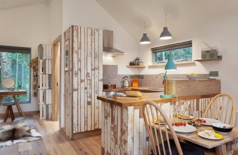 Кухонный полуостров с фасадом из старых досок
