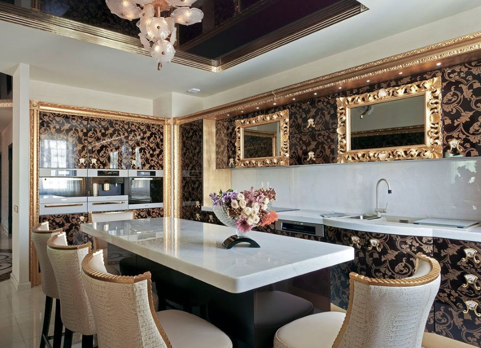 Зеркала в позолоченных рамках на кухне в стиле арт деко