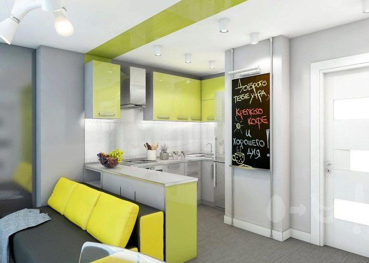 Грифельная доска в светлой кухне с диваном