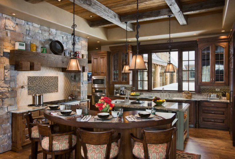 Просторная кухня под старину в стиле альпийского шале
