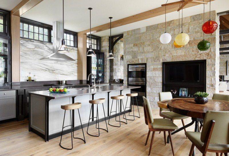 Интерьер просторной кухни-столовой в загородном доме