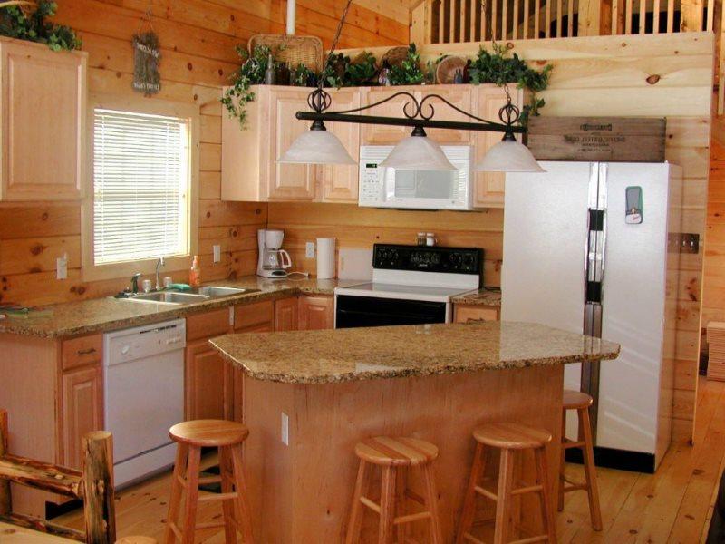 Небольшой кухонный остров в деревянном доме