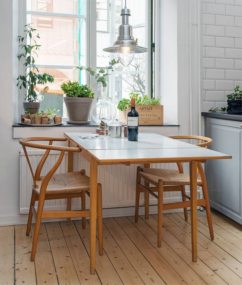 Прямоугольный стол возле кухонного окна