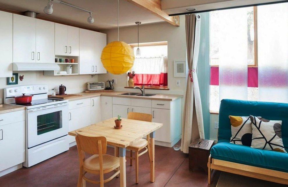 Небольшой кухонный столик в кухне-гостиной