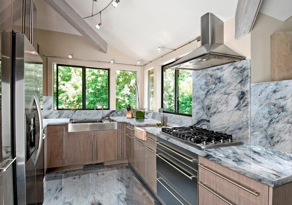 кухня в загородном доме фото виды