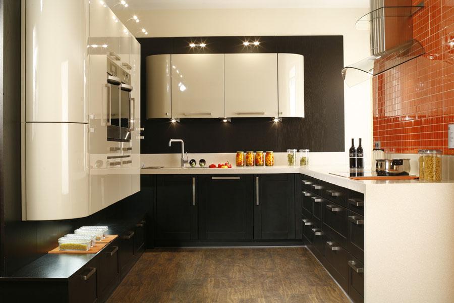 кухонный гарнитур в цвете ваниль и крем-брюле декор фото