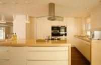 кухонный гарнитур в цвете ваниль и крем-брюле дизайн
