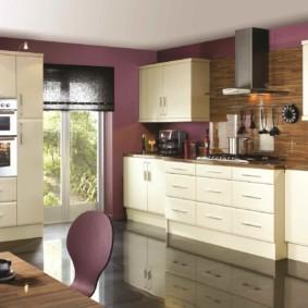 кухонный гарнитур в цвете ваниль и крем-брюле фото