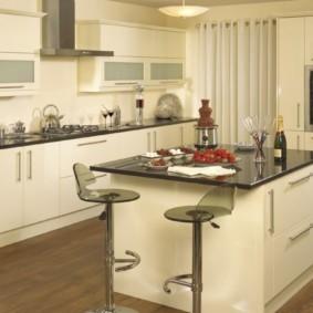 кухонный гарнитур в цвете ваниль и крем-брюле фото дизайн