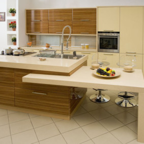 кухонный гарнитур в цвете ваниль и крем-брюле интерьер идеи