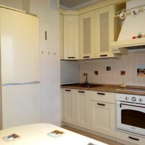 кухонный гарнитур в цвете ваниль и крем-брюле виды интерьера