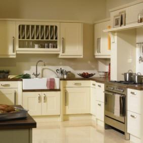 кухонный гарнитур в цвете ваниль и крем-брюле фото оформления