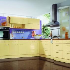 кухонный гарнитур в цвете ваниль и крем-брюле идеи оформления