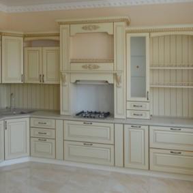кухонный гарнитур в цвете ваниль и крем-брюле интерьер