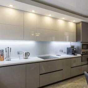 кухонный гарнитур в цвете ваниль и крем-брюле интерьер фото