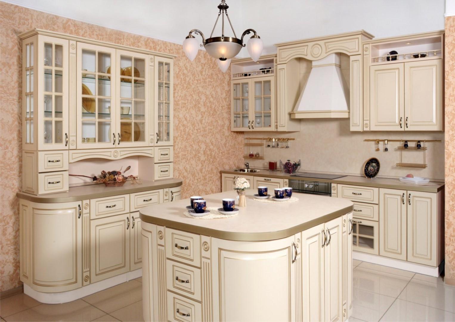 кухонный гарнитур в цвете ваниль и крем-брюле оформление