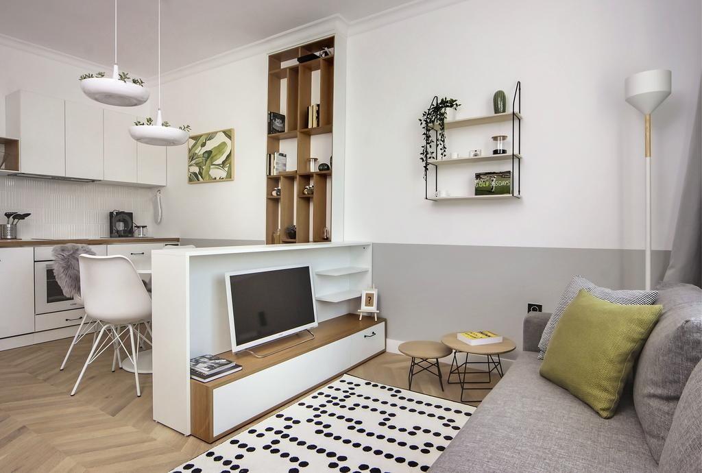 Серый диван в небольшой квартире-студии