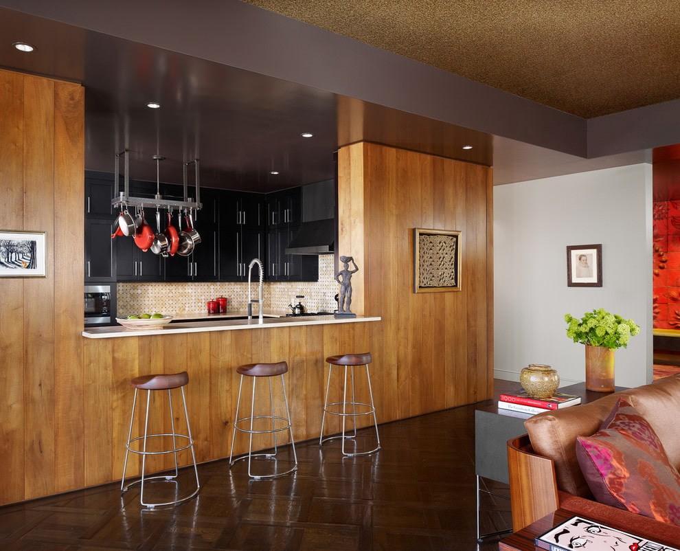 Дизайн просторной кухни с ламинатом на стене