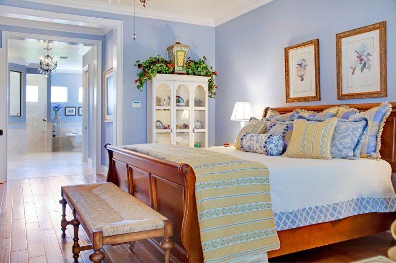 Светло-голубые стены в спальне деревенского стиля