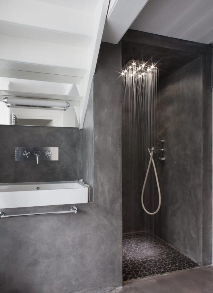 Душевая лейка с подсветкой в ванной без унитаза
