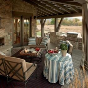 Мягкая мебель на открытой террасе частного дома