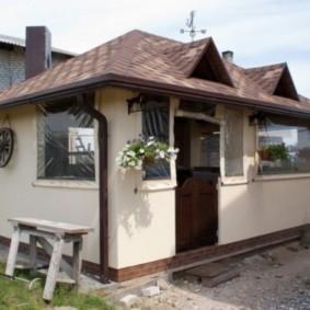 Летний домик с оштукатуренными стенами