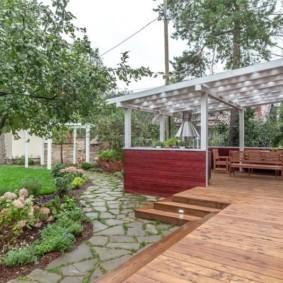 Пристроенная летняя кухня с деревянным полом