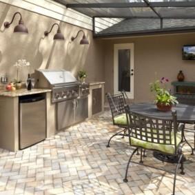 Тротуарная плитка на полу летней кухни