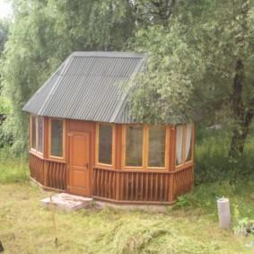 Дачный домик в глубине сада