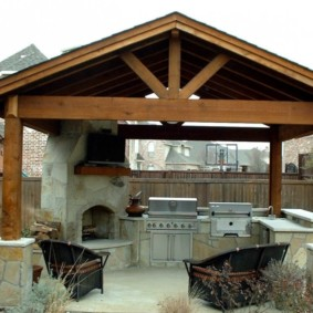 Садовая беседка с двухскатной крышей