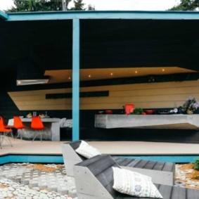 Обеденный стол под навесом на даче
