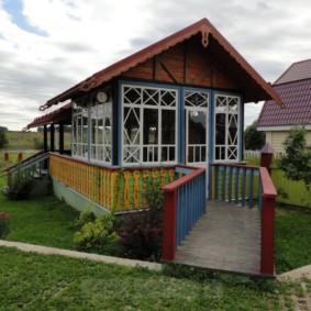 Фасад летнего домика с резьбой в русском стиле