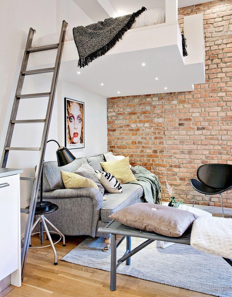 Приставная лестница в квартире с мезонином