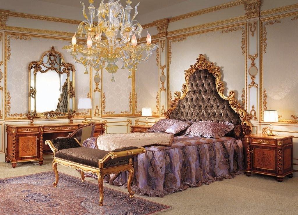 Хрустальная люстра в спальне барокко