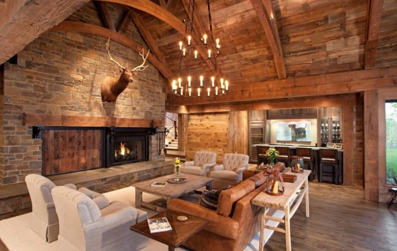 Люстра со свечами на деревянном потолке кухни-гостиной