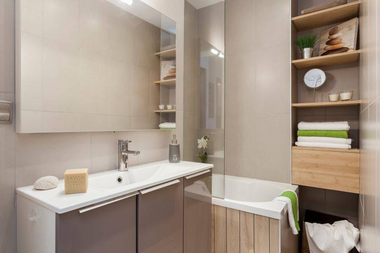 Бежевые стены маленькой ванной без туалета