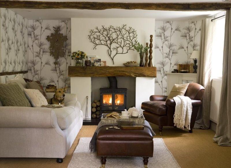 Небольшая гостиная с камином и диваном