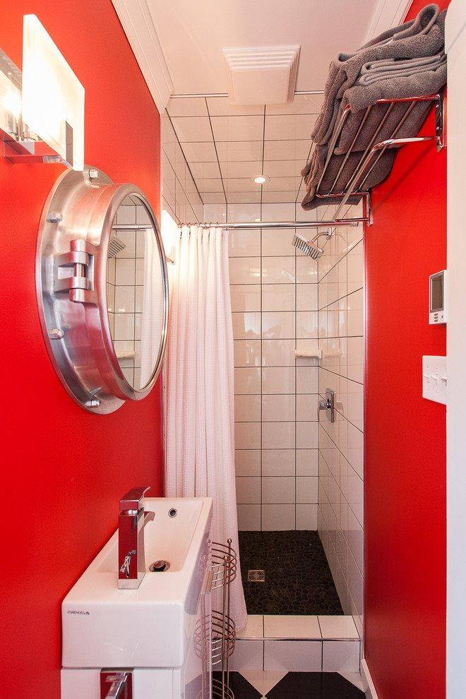 Красный цвет в интерьере маленькой ванной без унитаза