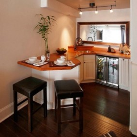Компактная кухня с деревянными столешницами