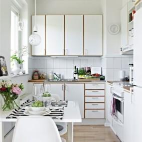 Белая кухня с ламинированным полом